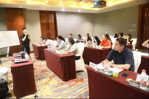 【名师访谈】刘圻教授《商业模式设计与公司价值创作》DBA赢咖2招商采访710.jpg